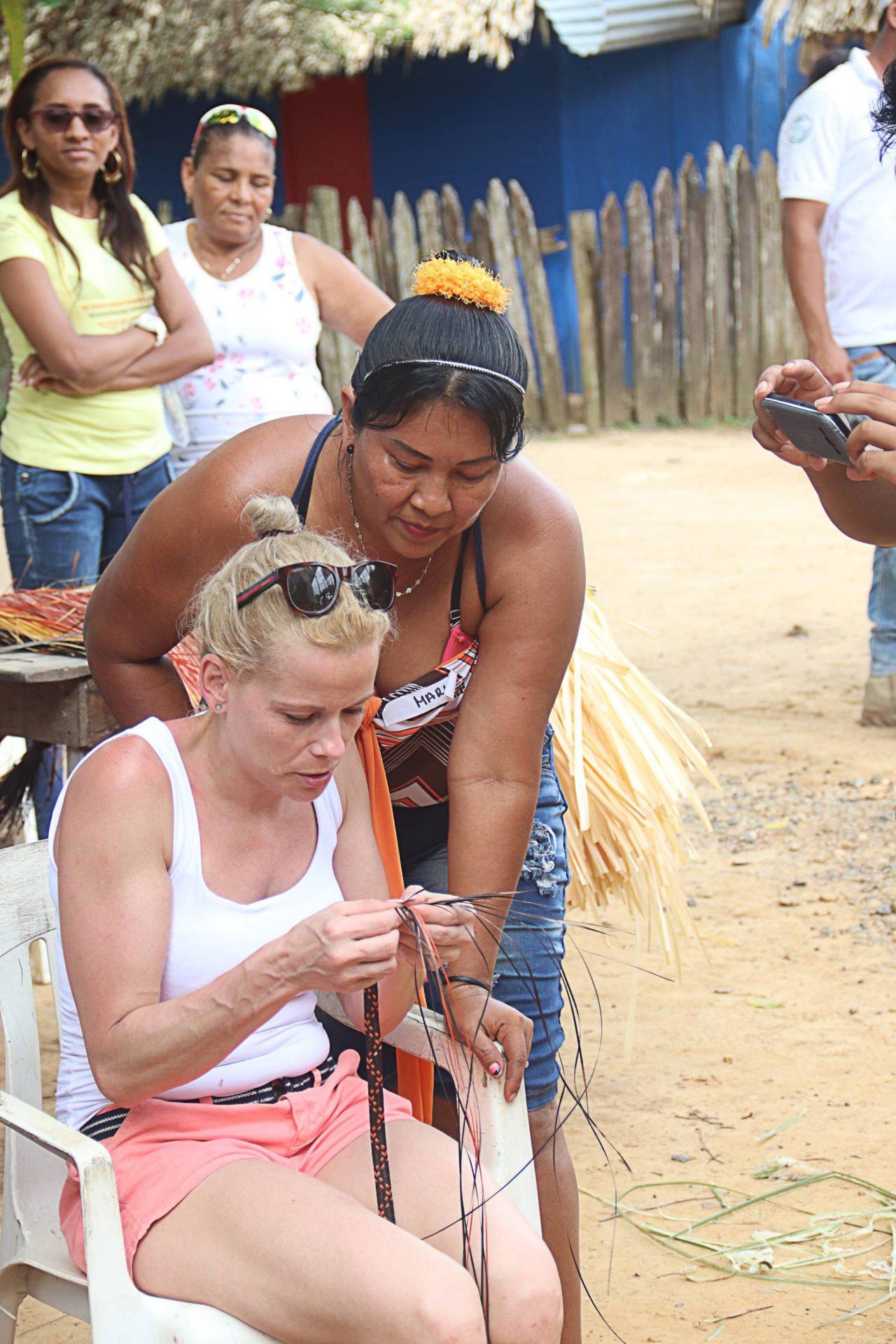 Turista aprendiendo a tejer cañaflecha en Caribia - Necoclí.